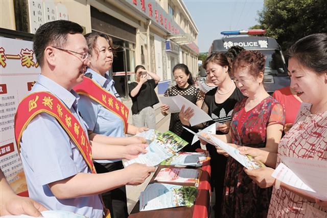内蒙古包头市公安局走进社区开展法制宣传活动