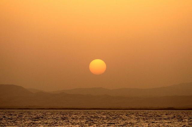 乌海湖畔观长河落日