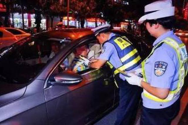 呼和浩特市交警严查驾驶人乘坐人不系安全带行为