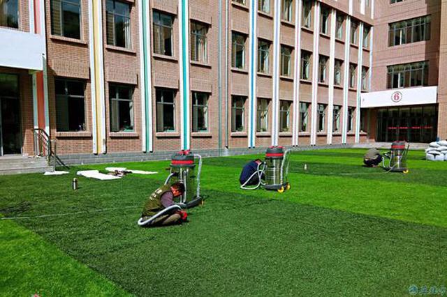 北垣小学南操场人造草坪气味刺鼻 学校称正在加紧改造