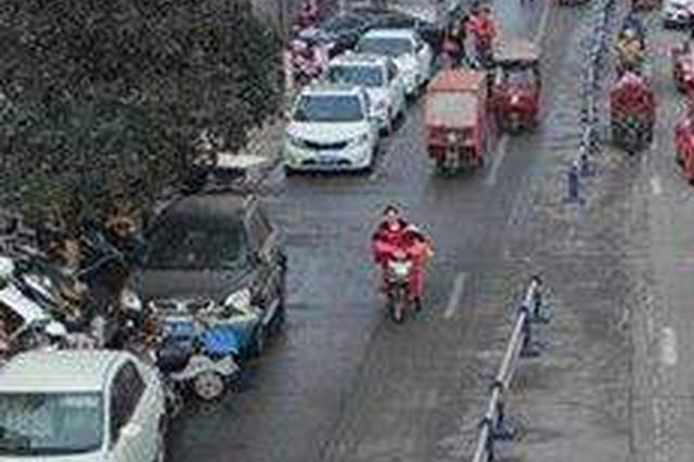 首府毫沁营镇:新建道路停满车 挤得公交难进站