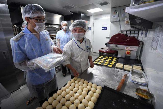 """呼和浩特节日市场:严把""""两节""""期间食品安全关"""