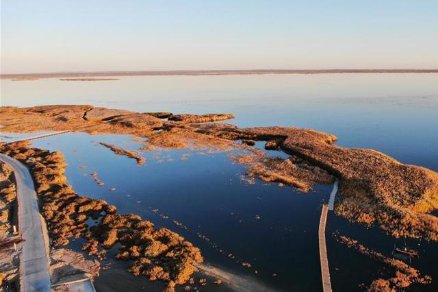 """【""""飞阅""""中国】航拍沙漠绿洲月亮湖和谐之美"""