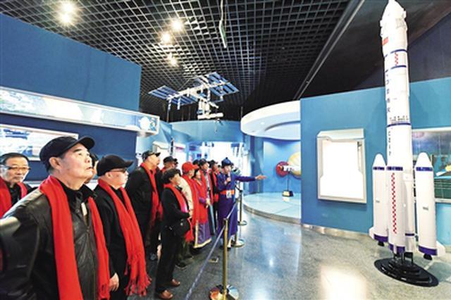 """""""银发老人""""走进内蒙古博物院 感受祖国航天事业发展"""