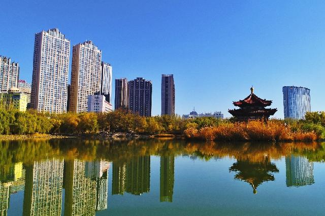 """【""""飞阅""""中国】呼和浩特青城公园:缤纷秋色 扮美青城"""