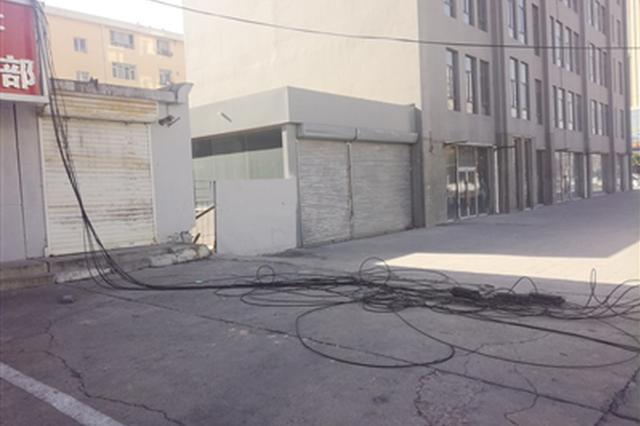 违章建筑 污水外溢 线缆垂落 这个路口问题有点多