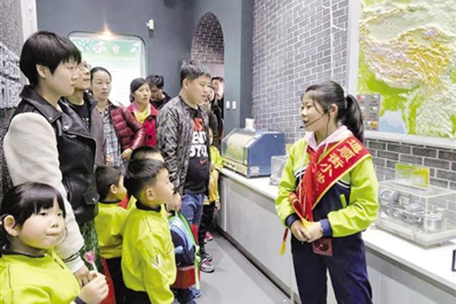 学生及家长参观地震科普馆 全方面了解防震减灾知识
