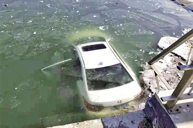 包头一男子将油门当刹车 把轿车开到了河里