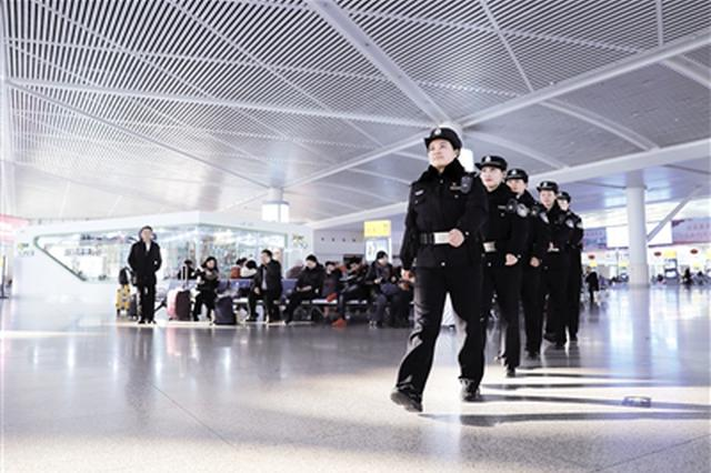 女子执勤队亮相呼和浩特东站将维护乘降秩序
