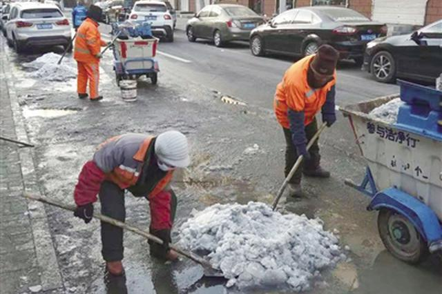 管道破裂路面结冰五六百米 环卫工人奋战三天清理积冰