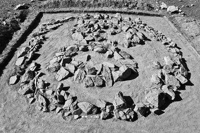 中蒙联合考古队发现青铜时代至清代岩画图案和字符
