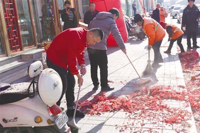 呼和浩特赛罕区城管这边宣传禁燃 那边商户竟放爆竹