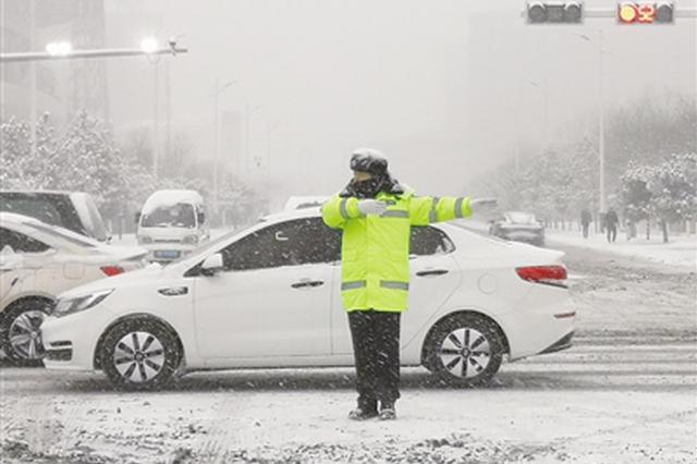 呼和浩特市交管部门雪中坚守一线 守护群众出行平安