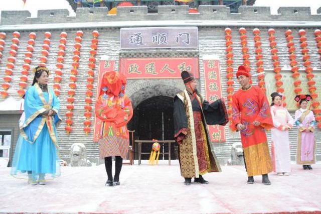 呼和浩特市上演雪中绣球招婿 传统婚俗增添喜庆气氛