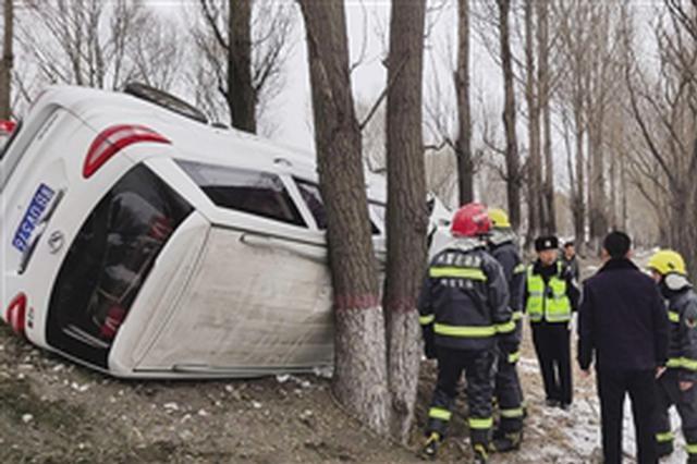 土左旗一车辆侧翻 多方联手解救被困人员