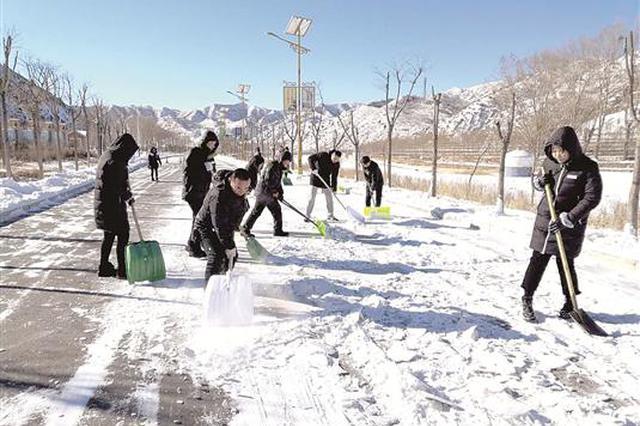 五当召旅游景区清扫积雪确保游客安全出行