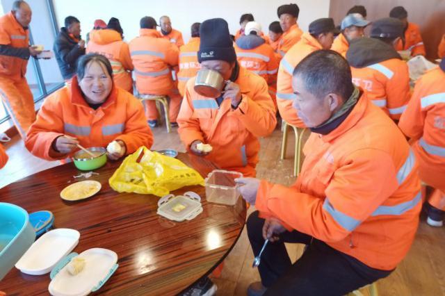 呼和浩特市环境卫生管理局:应该让环卫工人吃饱