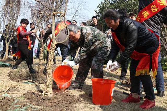 呼和浩特市120余名劳模和林南山公园义务植树