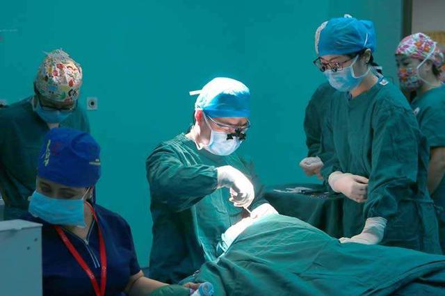 微笑明天公益行动首日 为24名患者实施手术