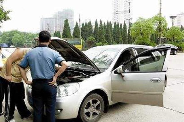 """私家车撞出租车 司机以""""上班迟到罚款""""为由走了"""