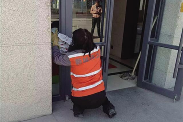 """检查清洁设施设备 保首府公厕靓装""""迎客"""""""