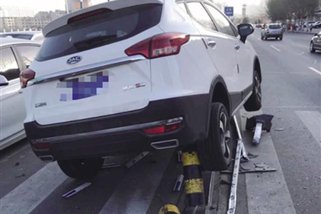 首府玉泉区越野车撞上隔离桩 车身被卡动弹不得
