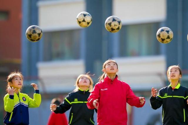 踢足球的快乐女孩