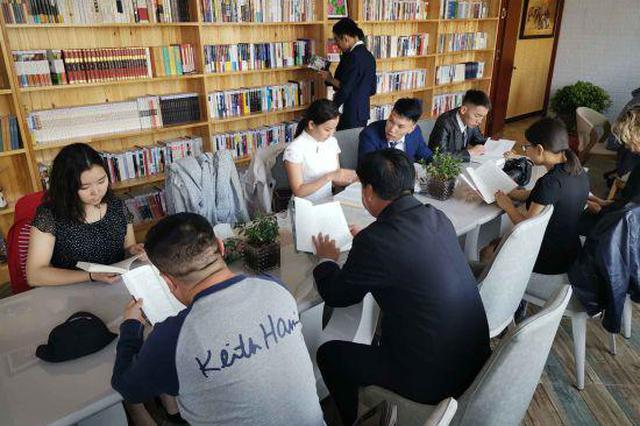 二连浩特:广场新添读书屋 休闲之余践文明