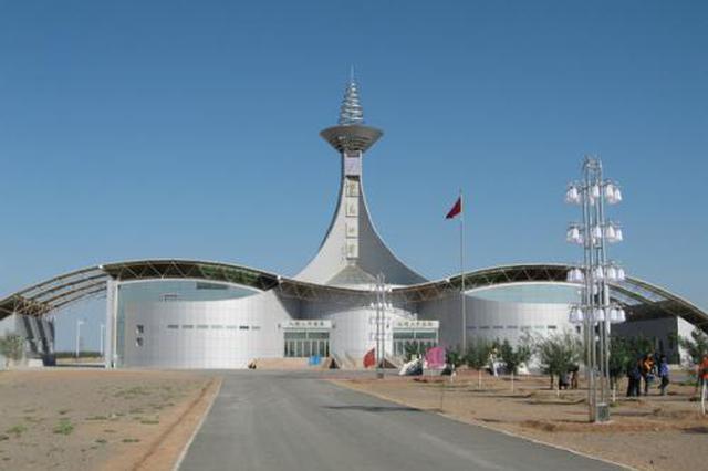 内蒙古自治区策克出入境边防检查站为旅客送温暖