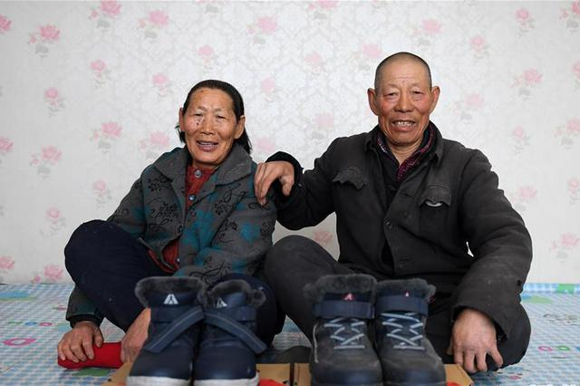 """脱贫需要仪式感 """"老小孩""""穿新鞋过大年"""