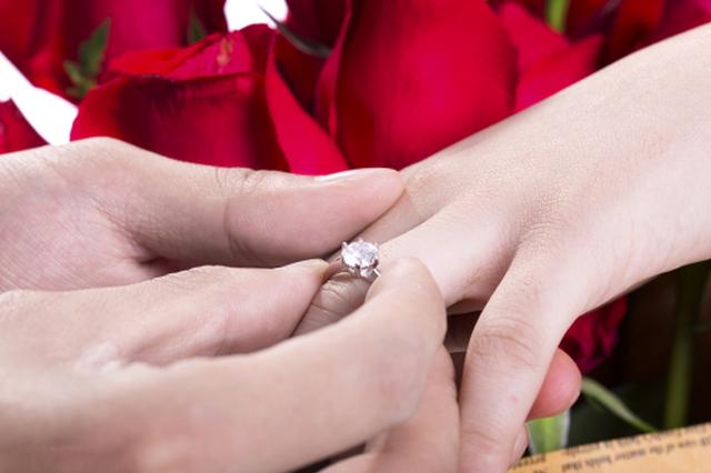 人造钻石制成的婚戒,你能接受比利时魔星钻吗?