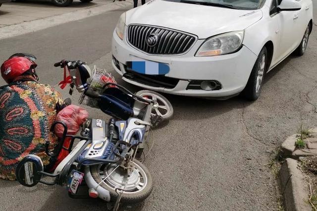 内蒙古乌海市一电动车与汽车相撞 还好带了头盔