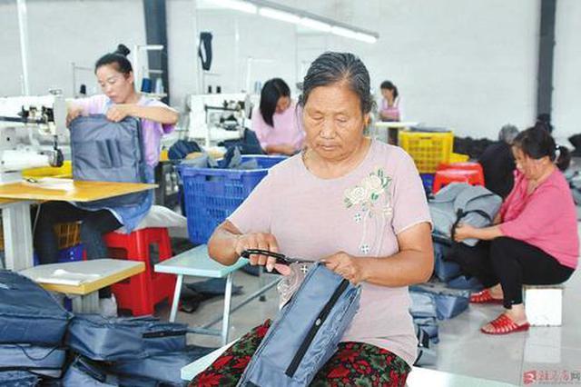 内蒙古河套:巧手手扶贫车间让贫困户妇女居家增收