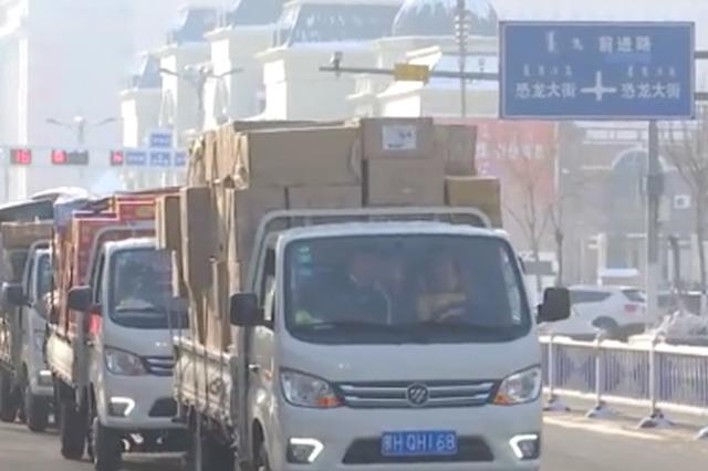 """再现""""安达情"""":二连口岸市民向蒙古国捐赠物资"""