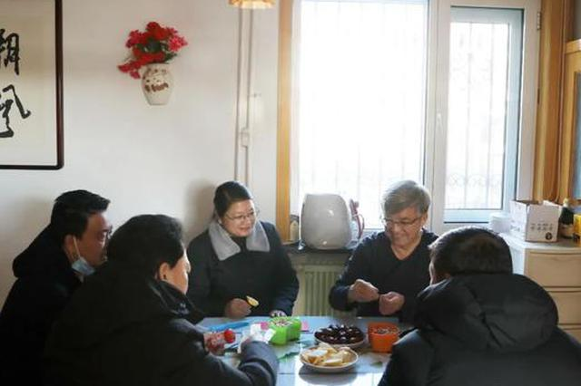 节前乌兰率组慰问退休老干部、道德模范和低保户