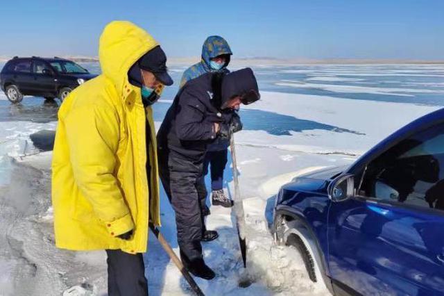 图为呼伦湖警方深夜救援。警方供图