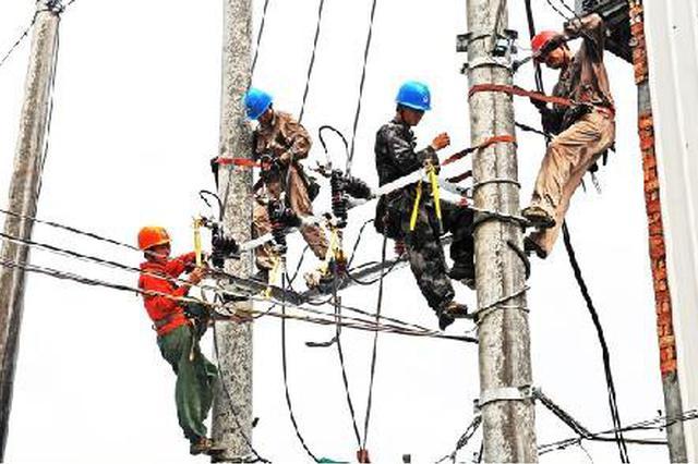 呼伦贝尔:阳春飞雪温差20度电力抢修队紧急出动