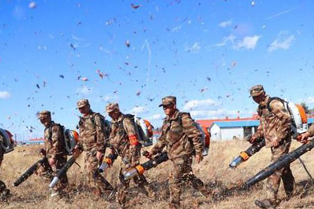 图为管护队员使用灭火机具演练。 隋海涛 摄