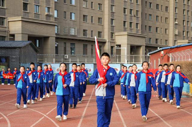 内蒙古呼和浩特市:中小学 幼儿园迎开学 升国旗