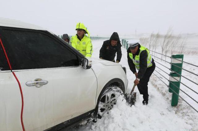 呼伦贝尔降大雪 交警紧急出动救援被困车辆