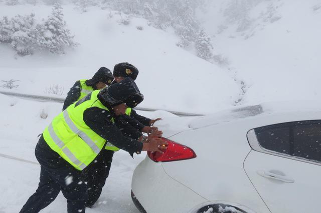 呼伦贝尔:民警顶风冒雪及时救助被困车辆获百姓点赞