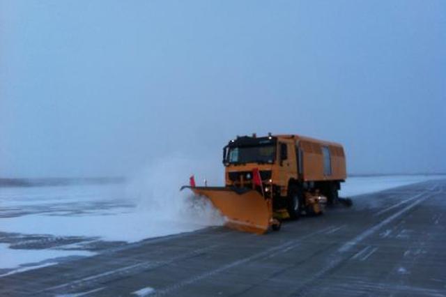 呼伦贝尔机场:军民联合除冰雪 全力以赴保安全