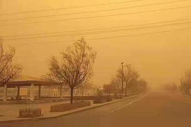 内蒙古多地遭受大风沙尘侵袭