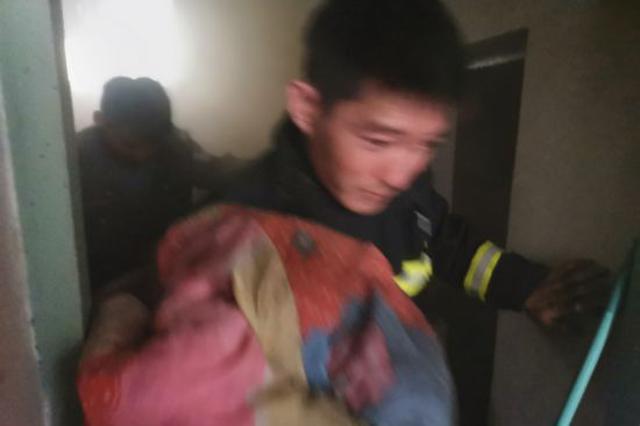巴彦淖尔市五原县公安民警三入火场救出3岁女童