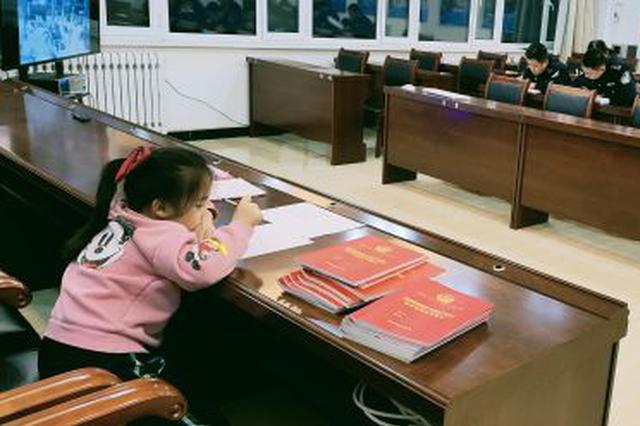 一个常年生活在警营中的小女孩