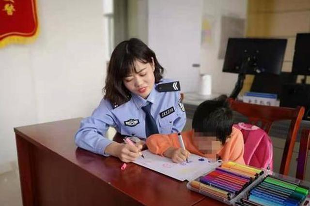 """6岁女孩父亲服刑 民警成""""临时""""爸爸妈妈"""