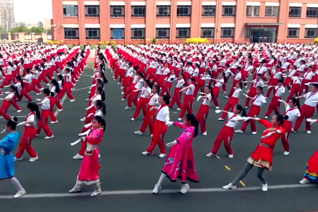 内蒙古一小学千人齐跳特色蒙古族韵律操