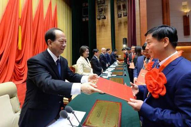 内蒙古表彰595名脱贫攻坚先进个人和400个先进集体