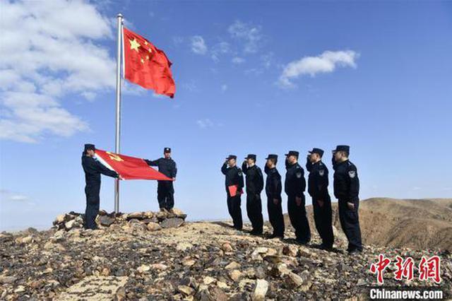 100面国旗在8000里北疆同时升起