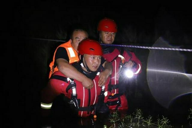 锡林郭勒盟遭遇洪涝 森林消防连夜解救被困群众